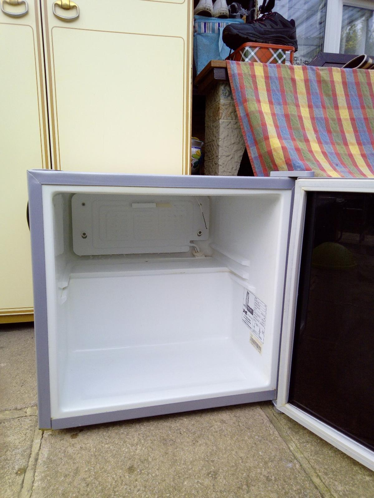 nice little fridge , perfect for when your having a BQ, or Caravan,collection only Nn46ux