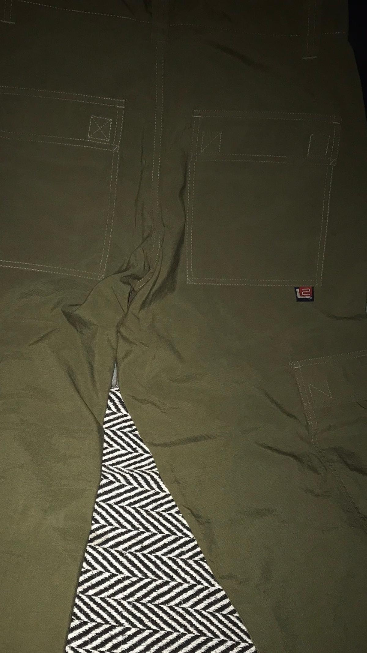 Nice pair of levies 2 cargo pockets nice material and light to wear , size 31 leg 32. Light differs but darky colour
