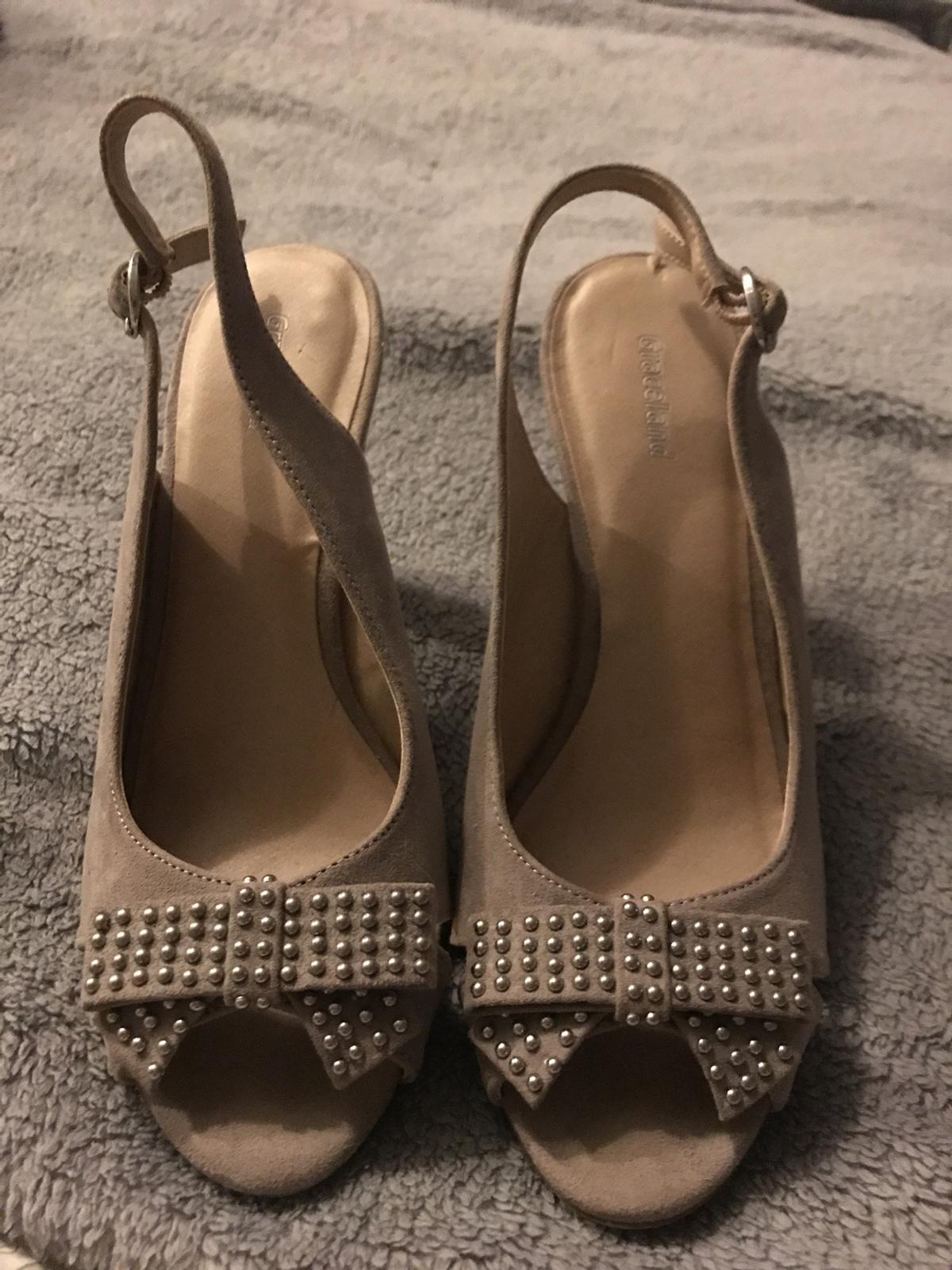 Size 4 ladies beige open toes suede shoe with bow design