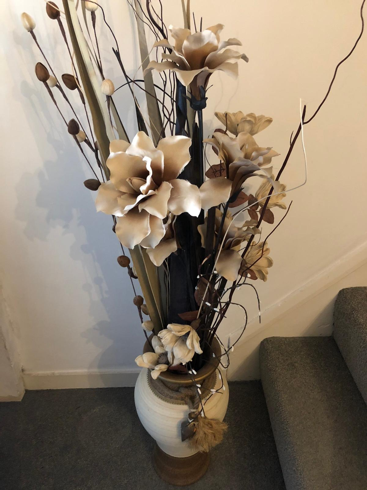 Large Vase With Artificial Flowers In Sevenoaks For 25 00 For Sale Shpock