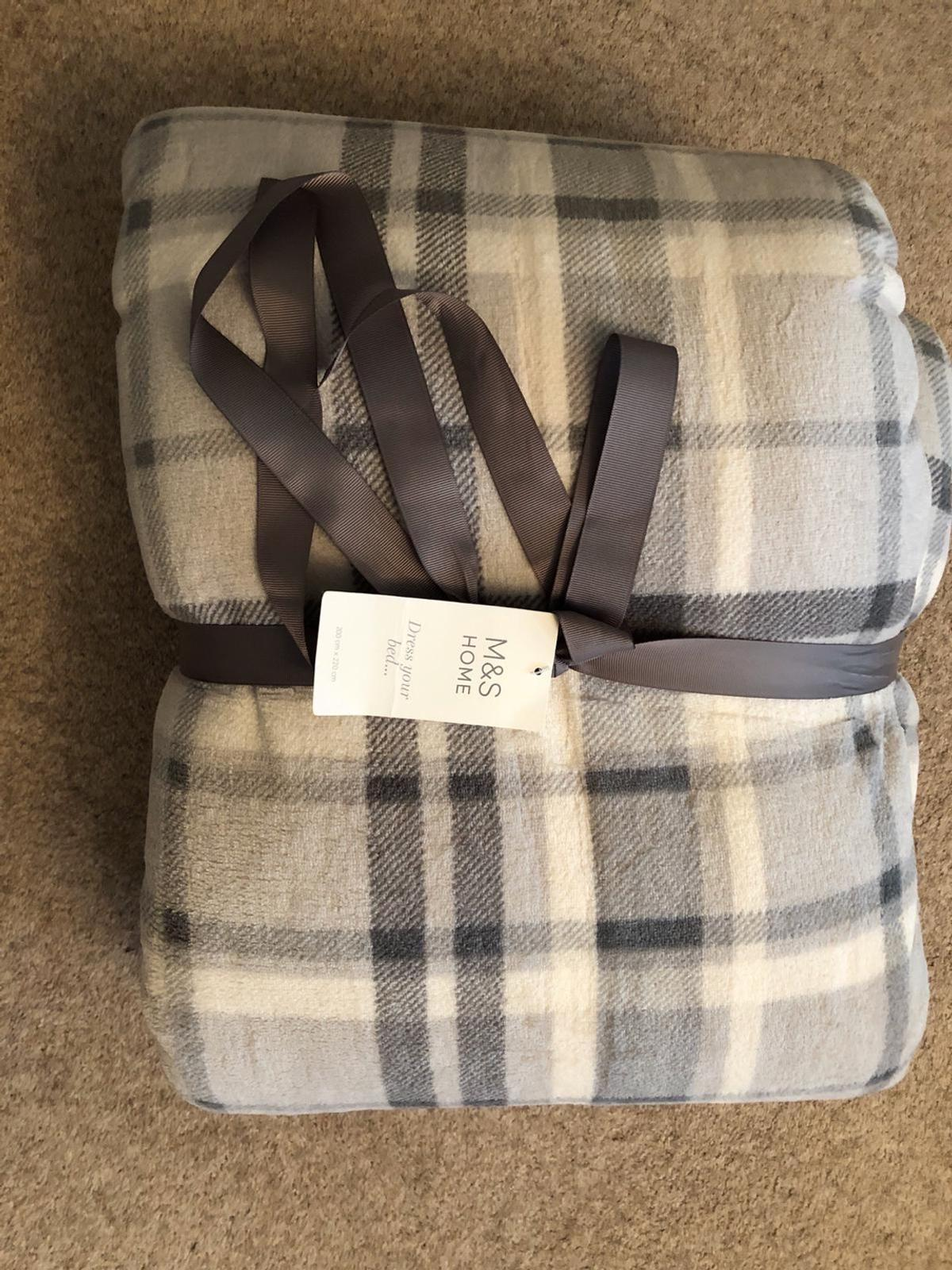 200cm x 220cm grey and white blanket. Brand new soft blanket to dress your bed with.