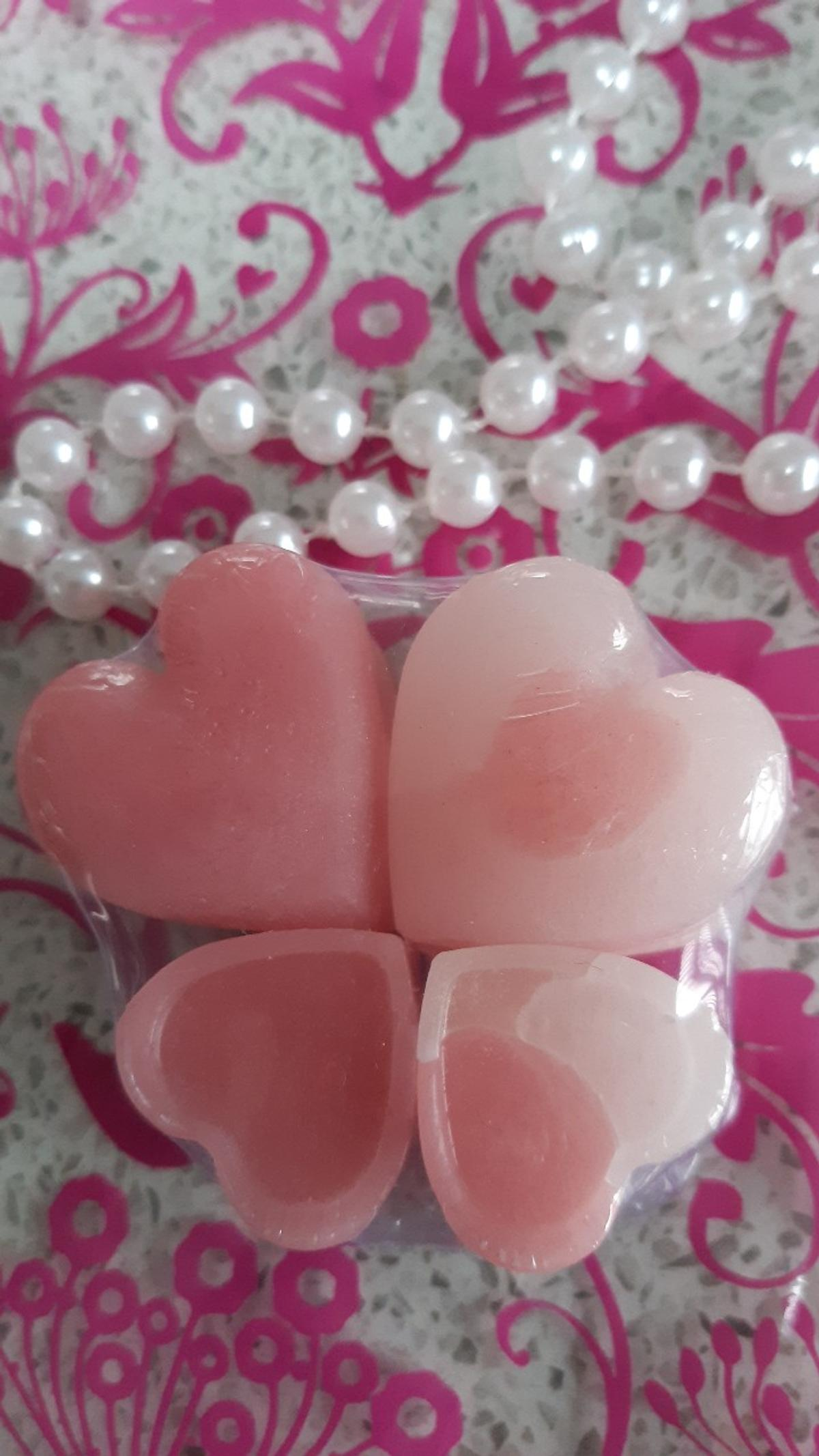 handmade by myself with soy wax which does not contain any toxins like the paraffin based ones, gorgeously fragranced with designer inspired 💗issey miyake💗,these smell delicious 💗they will fill your room with gorgeous scent time after time, would make a lovely little gift for someone special in your life 💗