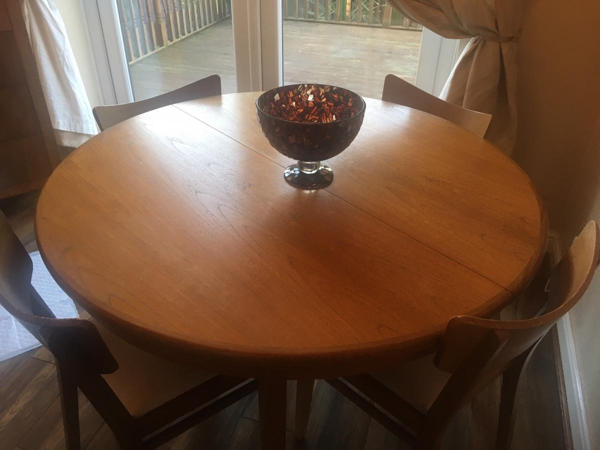 Original G plan table that extends to a 6 seater oval table . Has 4 chairs and 2 additional high back chairs. Good condition, any questions please ask See other listings as we are selling other furniture