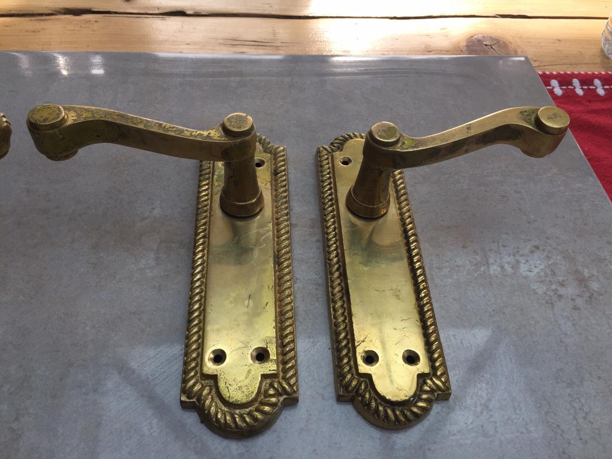Two pairs of used brass scroll door handles. Signs of wear and could do with a clean and a polish. Height 170mm and width 47mm. Collection from Dunsville, Doncaster.