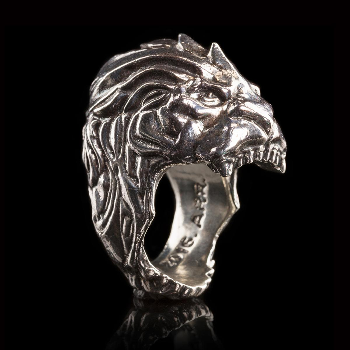 CHUNKY, LION HEAD STERLING SILVER RING.  Size: UK=P (1/2) USA= 8  Made by ROCKLOVE JEWELLERS, USA and based on the designs of the multi award winning artists at WETA WORKSHOP, NZ.  From the film 'WARCRAFT', this is the Royal Sigil ring of Alliance KING LLANE.  Very limited edition.  Heavy, solid ring with great design work made from pure sterling silver. Brand new with all original labels and Royal Blue velvet in bag.  Please note ring size as returns not accepted.