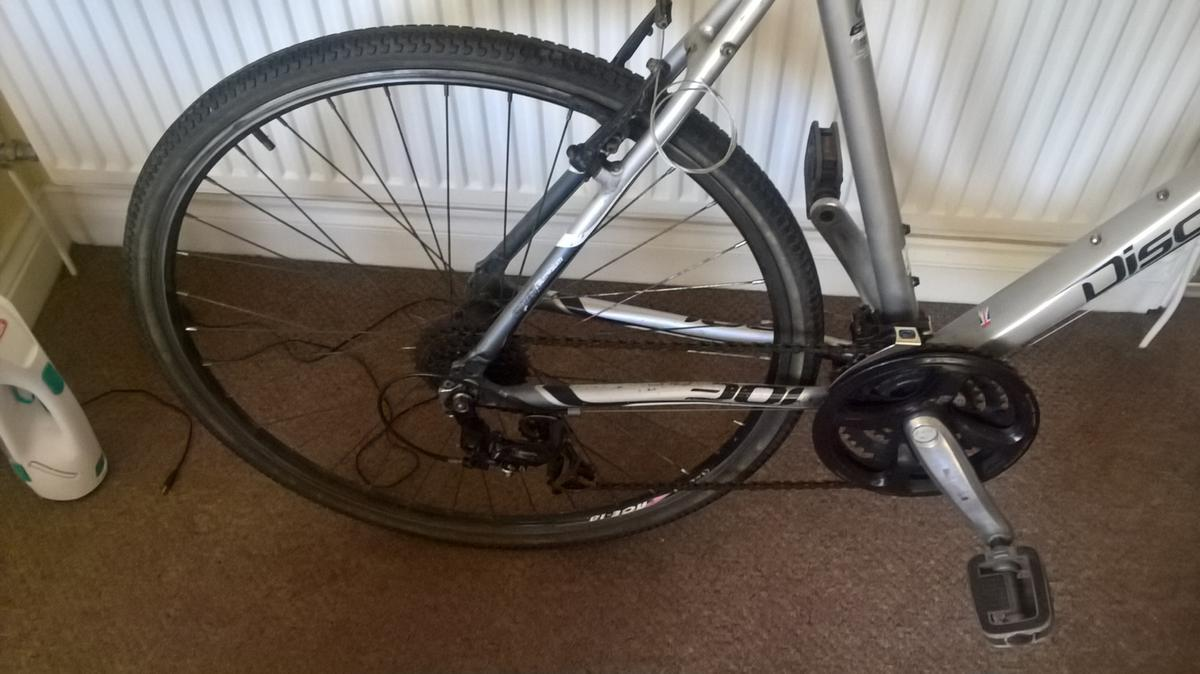 FOR SALE A QUALITY MENS DAWES DISCOVERY 301 BIKE 700 C WHEELS 24 SPEED GEARS FRONT LOCKOUT FORKS ALL WORKING EXCELLENT TYRES/BRAKES/GEARS BIG FRAME22'', THESE ARE NEAR DOUBLE WHAT I AM ASKING BARGAIN £90 NEW SEAT, BRAKE PADS AND REAR BRAKE CABLE JUST DONE GRAB A BARGAIN .