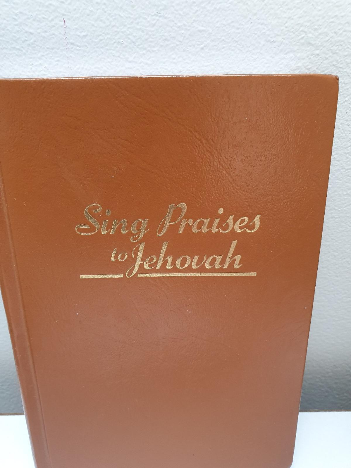 "SING PRAISES TO JEHOVAH Vintage Book Year 1984  Very good condition - on the first page is signed "" Michelle Barham - Camden Congregation""  Title SING PRAISES TO JEHOVAH  Language English  Year 1984  Made in Germany"