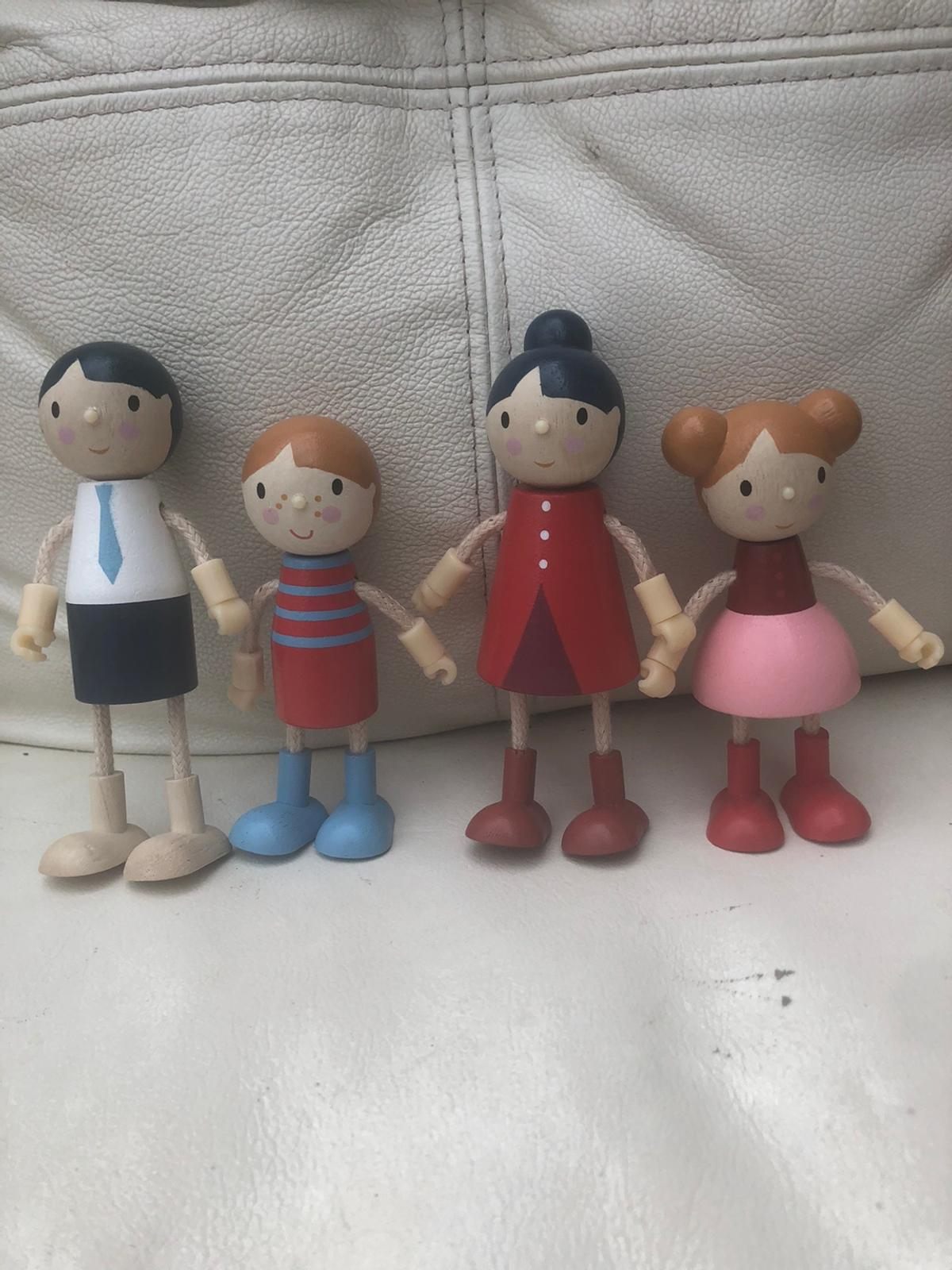 Fully posable Dolls House family made of wood. Flexible arms and legs for creative play. The set includes mother, father, little brother and little sister. Suitable for all wooden dolls houses as scaled to 1:12  Made by Tender leaf toys. Only few months old as new Brand new price £23