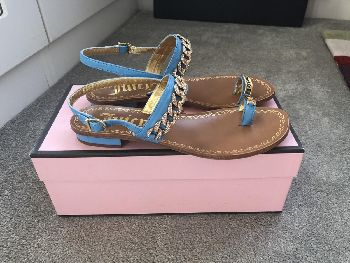 I'm selling here a brand new in box pair of JUICY COUTURE turquoise blue nappa leather sandals with pave gold chain. Size US 7.5 - UK 5.5. Comes with a pink shoe bag as shown. Any questions please ask.