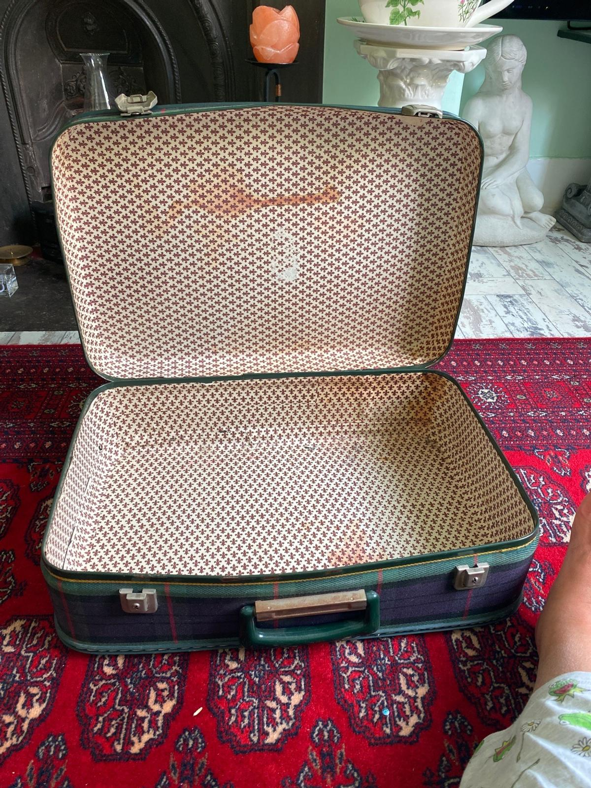 Vintage suitcase in check size 20 inches/ 51 CM / length/ width is 13 / inches/ 33 CM / depth is 6 / inches/ 15 CM I have no keys for it but it is very easy to find one.