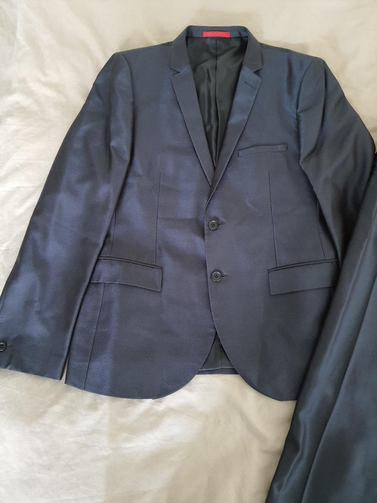 A regular fit navy blue suit for men. Item has only been worn once.  Condition Like New - No Tags - Regular Fit.  Blazer: UK Chest Size 42R / Trousers: UK Size 36R.