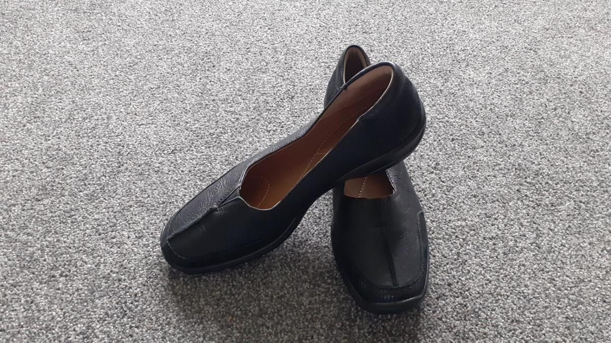 Black leather, smart/casual Hotter Shoes with comfort concept giving added comfort. Never been worn but no box. (had to put size on advert to be able to advertise but only went up to size 7 shoes are size 8)