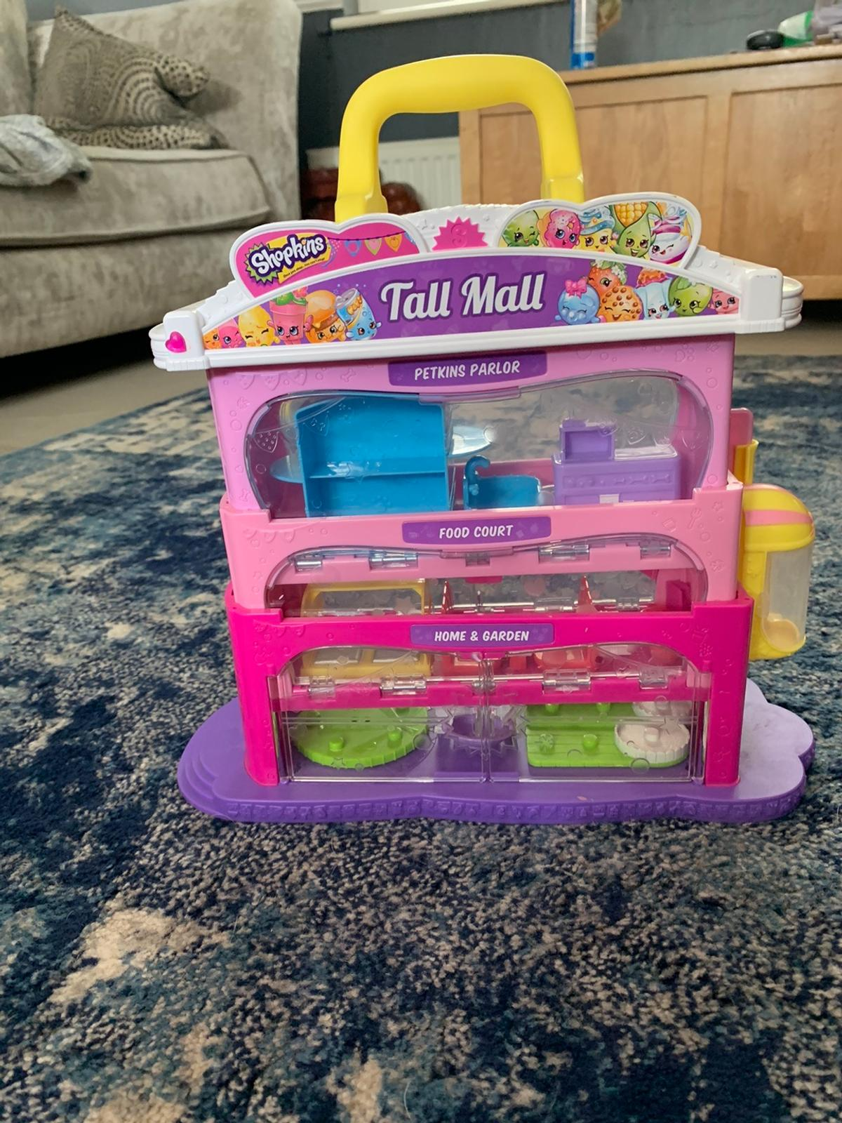 Shopkins shopping mall, opens up and closes/locks.