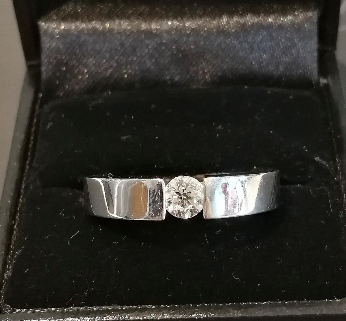 An absolute stunning 18ct white gold Gassan 121 diamond solitare ring. The ring comes with its full certificate of authenticity. The size of the ring is roughly a T. Collection only and no time wasters please.
