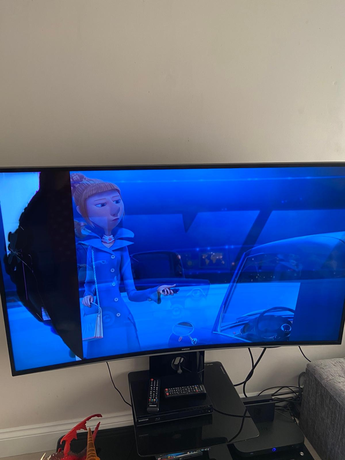 55 inch Samsung curve tv no stand included Just tv Remote included Screen broken on left side as shown in picture Open to offers