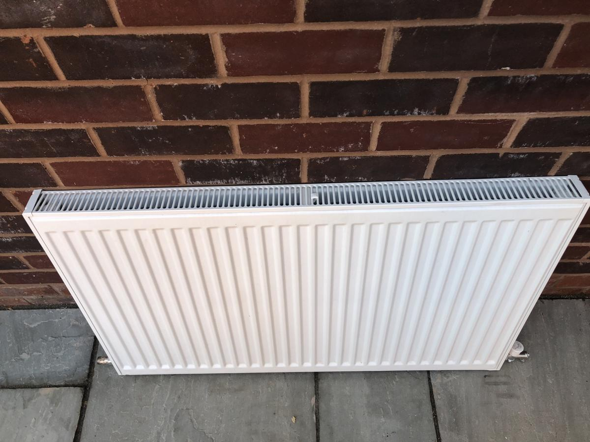 Rubble radiator, single convector Not very old, very good condition comes with brackets Size 1000 x 600