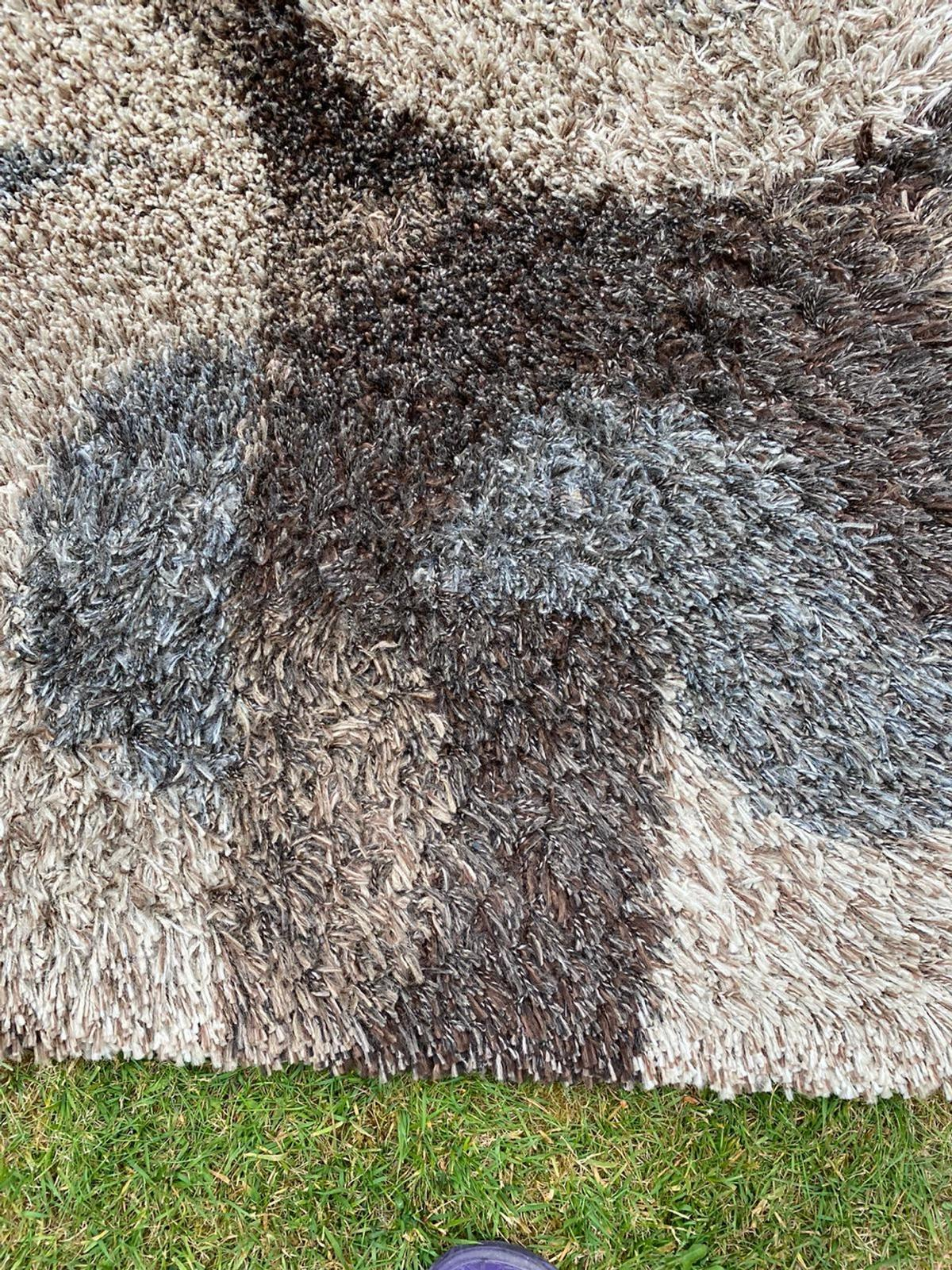 Selling this lovely rug due to change of colour theme. Bought it for £185 not had it long. It's in very good condition. Comes from pet and smoke free home £40