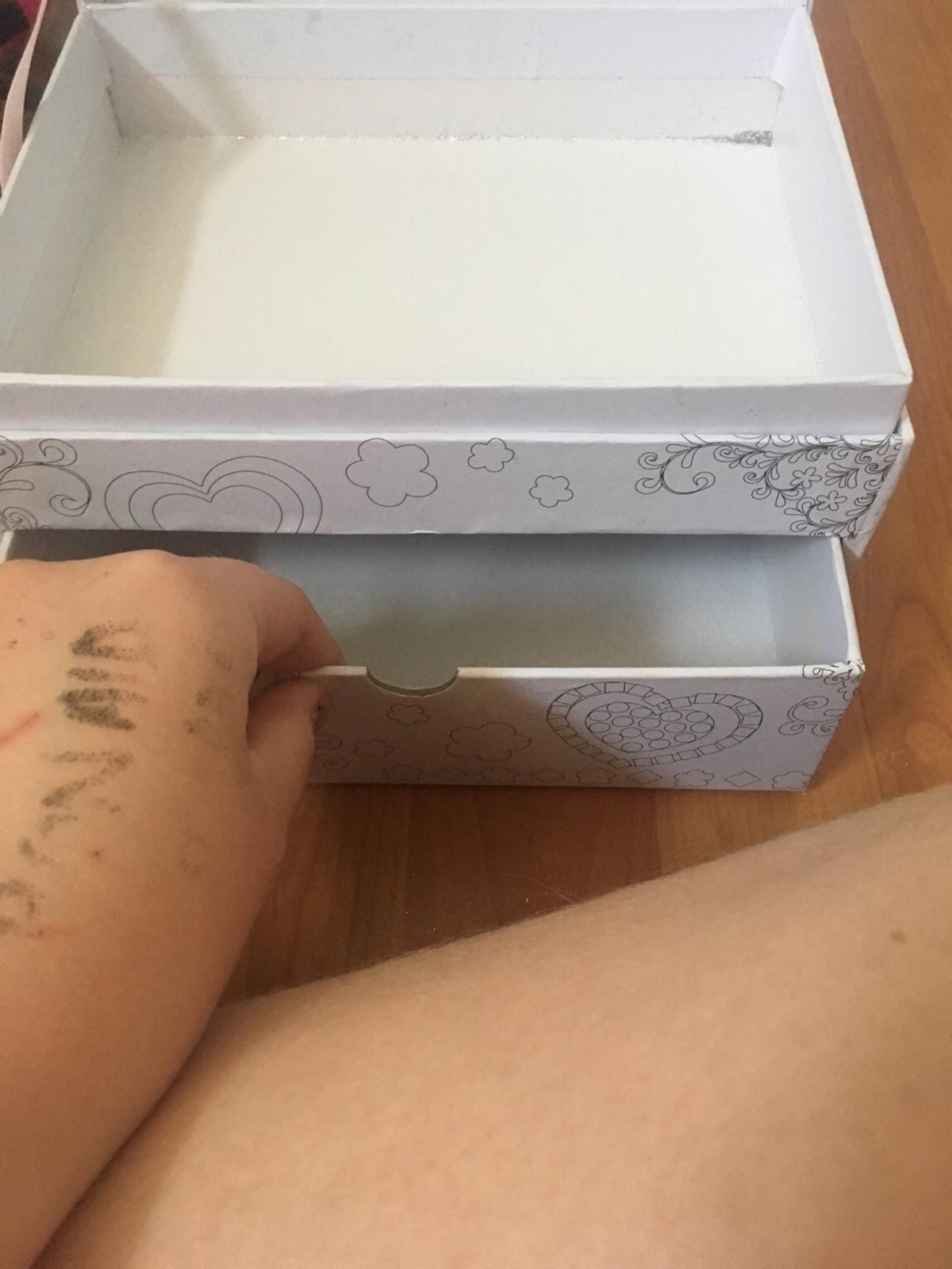 Has 1 draw Has 1 open box lid 2 storage areas You can colour it