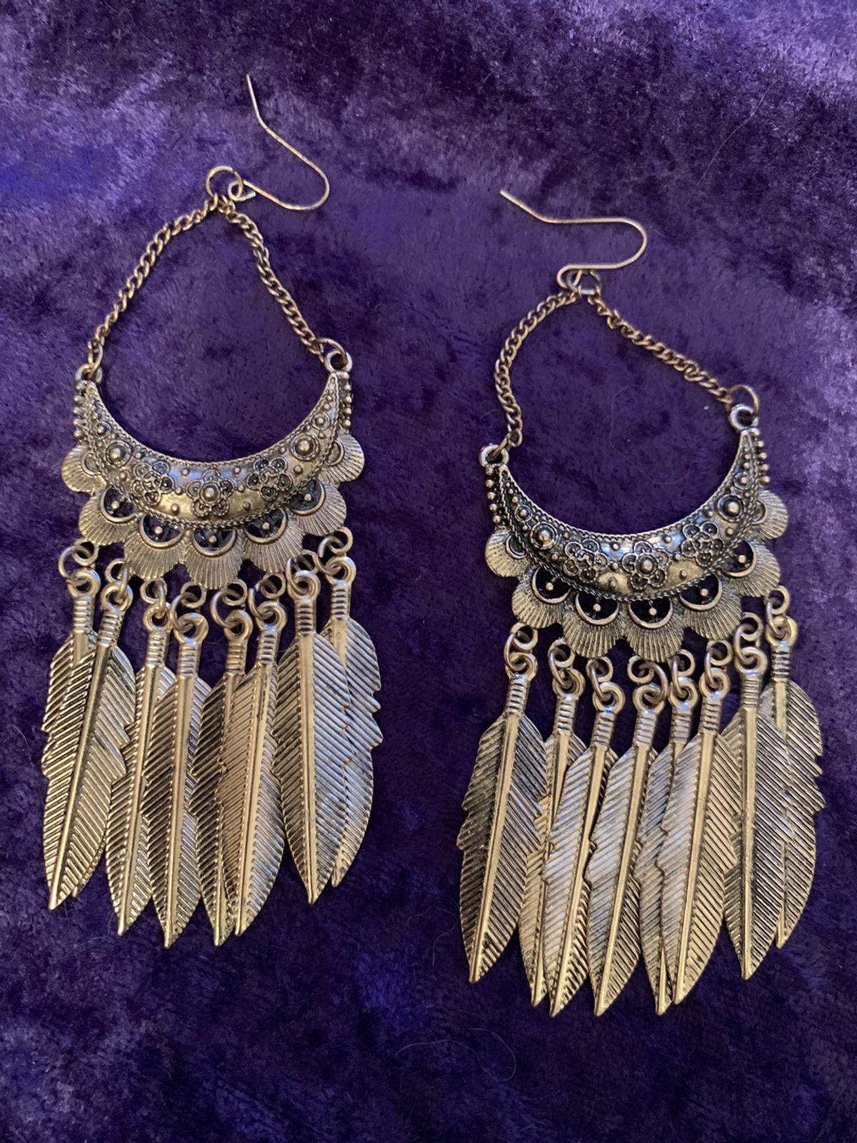 Stunning earrings Selling my collections to buy a house These are brand new 12cm drop Metal with flowy feathers See my other items Stored in jewellery box Ideal gift